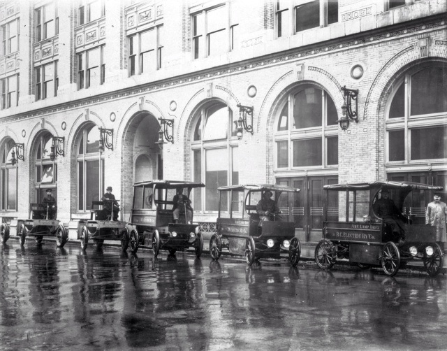 1913? LN 931 shows arc lamp trimmers with trucks outside B.C. Electric Railway Company's head office on Carrall Street.