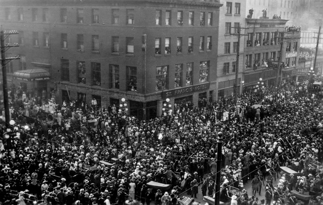 1914 Mil P276.1 - [Crowds outside the C.P.R. Station for the embarkation of the first overseas troops]-2