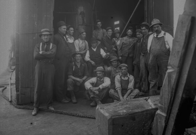 CVA: 789-72 - [Group photograph of unidentified workmen], 1913. Photographer not identified.