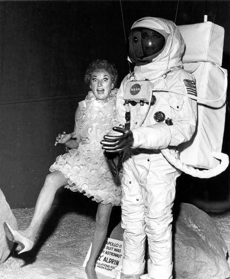 CVA 180-4190 - Phyllis Diller with mannequin wearing Edwin 'Buzz' Aldrin's Apollo 11 spacesuit in Pacific Coliseum display, 1969.