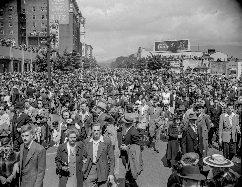 CVA 1184-3450 - [Crowds at Georgia and Burrard Streets] 1940-48 Jack Lindsay photo