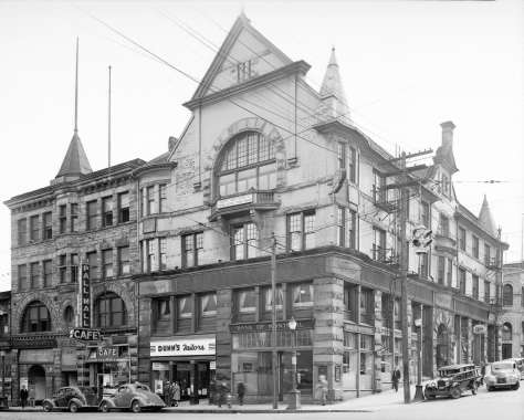 Bu N135 - [O'Brien Hall, Metropolitan Block and the De Beck Building, southeast corner of Homer and Hastings Streets] 1940.