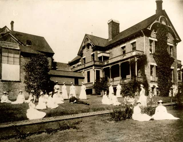 bu-p369-man-and-nurses-on-lawn-in-front-of-the-vancouver-city-hospital-530-cambie-street