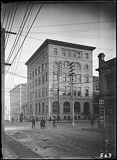 VPL 5196 - Molson's Bank at NE Seymour & Hastings. 1906. P T Timms photo.