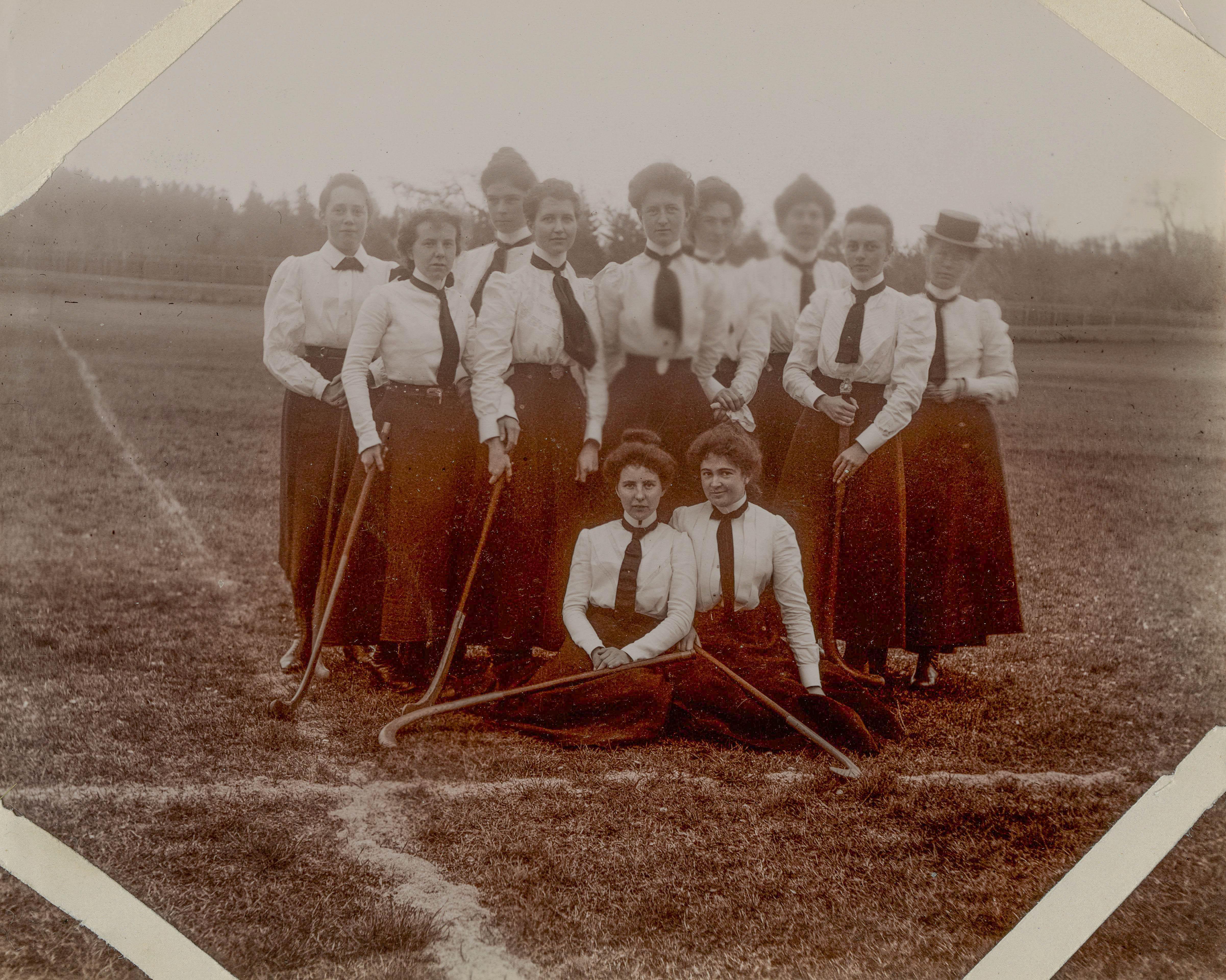 cdm.langmann.1-0053444.0057full-.WmA Bauer Photo Album=n Vancouvrer Hockey Teamjpg