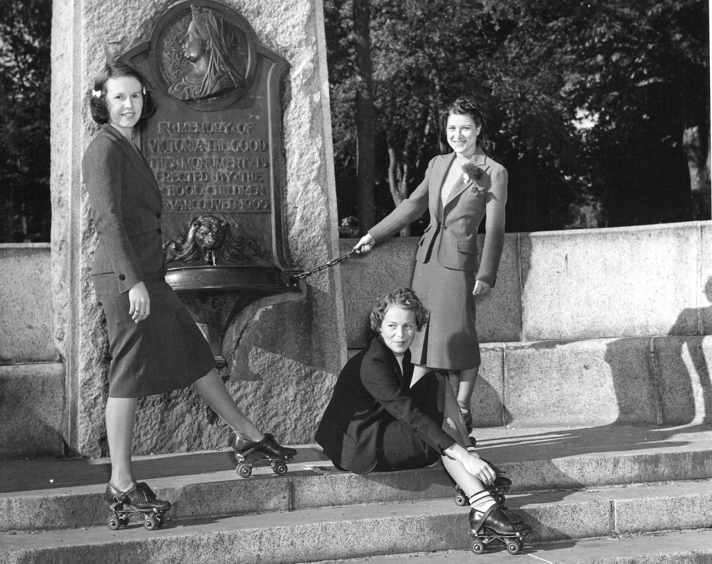 Mon P32.1 - [Women in roller skates around the Queen Victoria Memorial Fountain] ca 1940