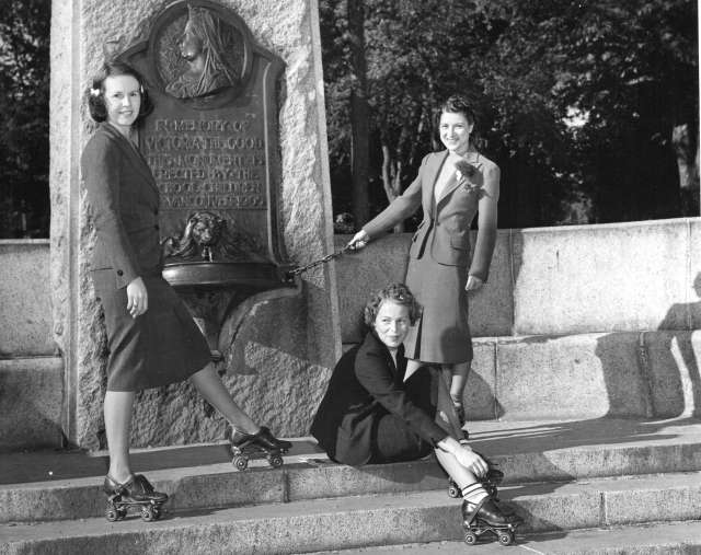 Mon P32.1 - [Women in roller skates around the Queen Victoria Memorial Fountain] ca 1940
